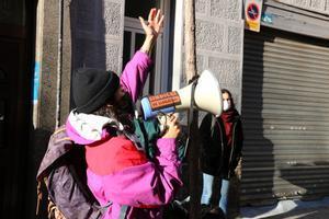 Miembro del Sindicato de Inquilinos llamando a la movilización para frenar el desahucio