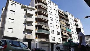 El bloque de pisos donde actuaba la mafia detenida.