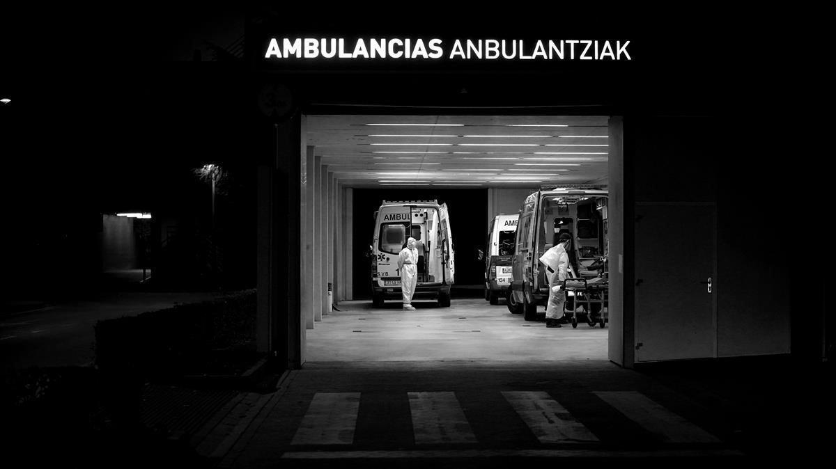 Hay un constante goteok de ambulancias en las Urgencias dle Hospital Universitario de Pamplona.