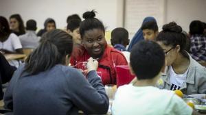 El risc de malnutrició obliga les oenagés a obrir menjadors en instituts