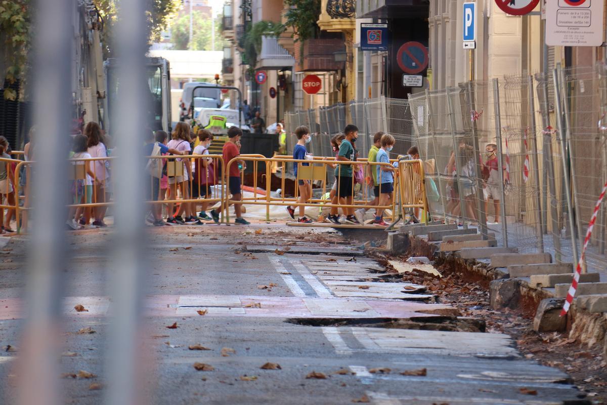 Grupo de escolares cruzando la calle Indústria de Sabadell, en plena remodelación para adaptarla a los viandantes
