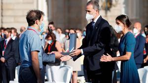 Felip VI recorda els sanitaris morts i demana mantenir les «precaucions»