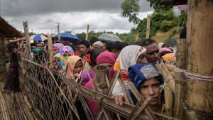 Los refugiados rohingya hacen cola en un centro de distribución de ayuda humanitaria cerca de Cox s Bazar