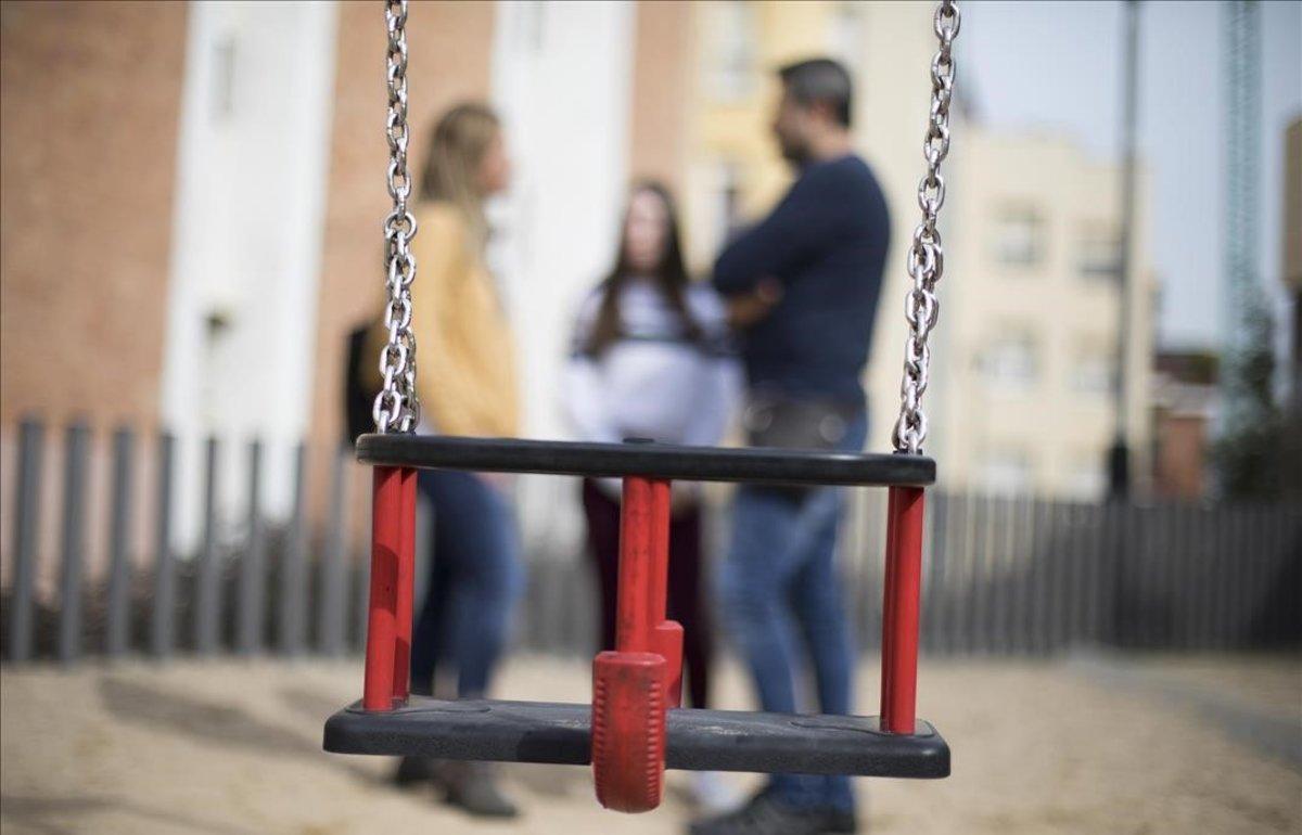 Unos padres con su hija, que denunció 'bullying'.