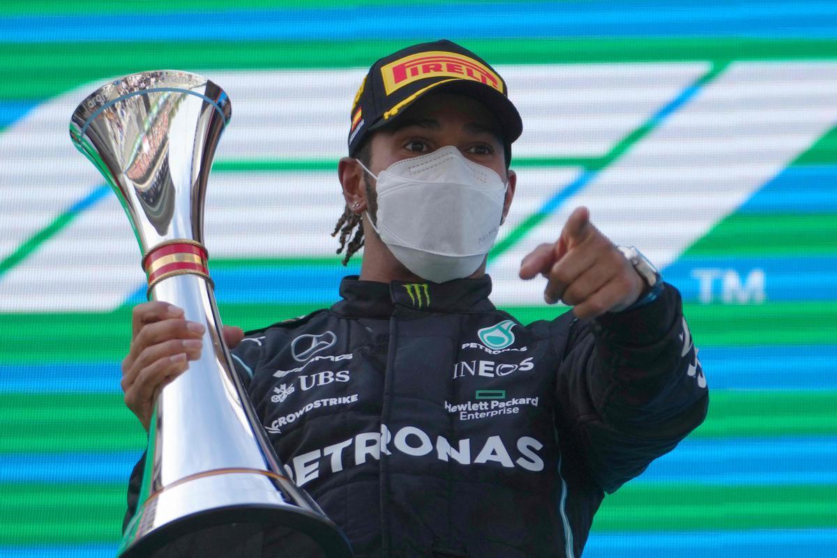 Hamilton saluda desde el podio tras su victorias en el GP de España