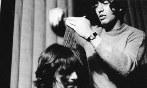 Leslie Cavendish, con George Harrison, que tenía el cabello al menos dos veces más espeso que Paul, a su merced.