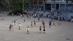 Unos niños juegan en el patio del centro cívicoLa Sedeta, de Barcelona.