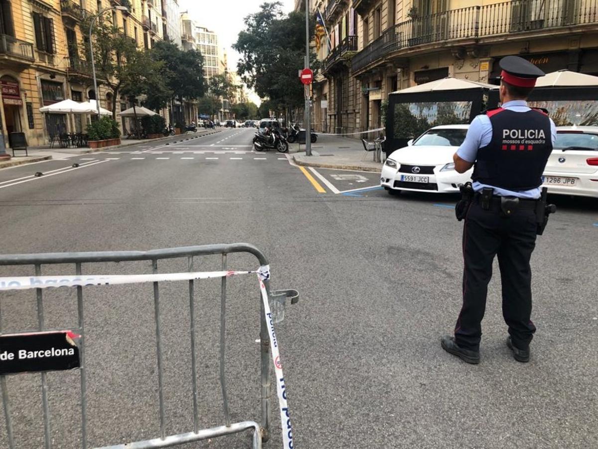 La calle de Diputació, cortada por la colocación de un paquete sospechoso.