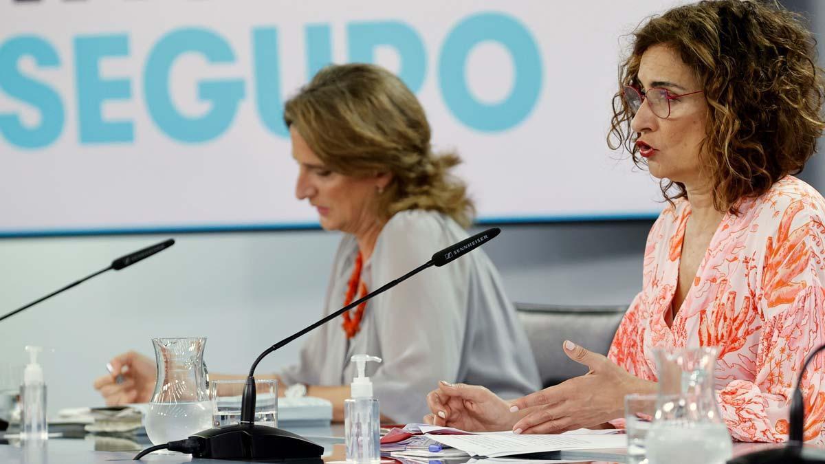 La portavoz del Gobierno, María Jesús Montero, junto con la vicepresidenta cuarta, Teresa Ribera, en la rueda de prensa posterior al Consejo de Ministros de este 1 de junio, en la Moncloa.