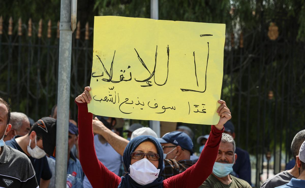Una mujer protesta en Túnez.