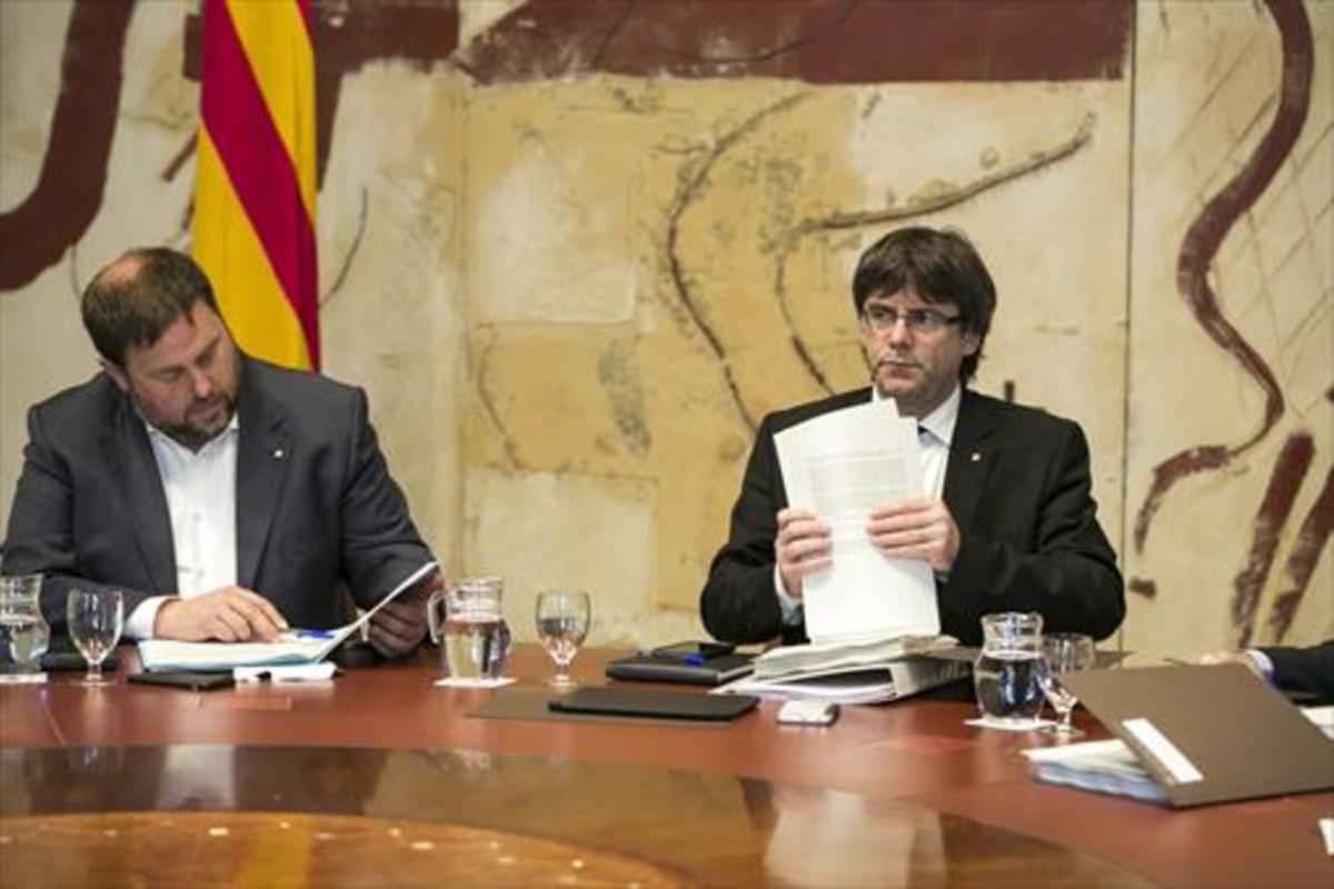 El 'vicepresident' Oriol Junqueras y el 'president' Carles Puigdemont, en el Palau de la Generalitat.