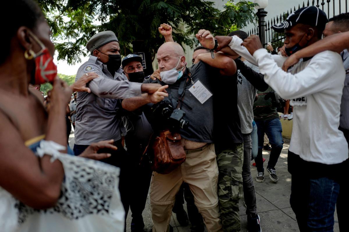 El foto periodista Ramón Espinosa durante el forcejeo con la policía cubana.