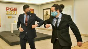 Pedro Sánchez y Pablo Iglesias presentan las claves de los Presupuestos. En la foto, ambos se saludan tras el acto de presentación.