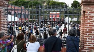 Vecinos de la Trinitat Nova observan la actuación de Rodrigo Cuevas.