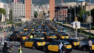 Protesta de taxistas para reclamar medidas para salvar la precaria situación del sector, el 26 de octubre, em Barcelona