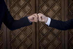 El presidente del Gobierno, Pedro Sánchez, y el 'president' de la Generalitat, Pere Aragonès, se saludan antes de su reunión bilateral previa a la mesa de diálogo, este 15 de septiembre de 2021 en Barcelona.