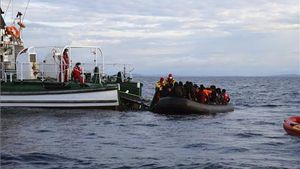 Una embarcación de Frontex recoge de una embarcación a un grupo de refugiados en el Egeo.
