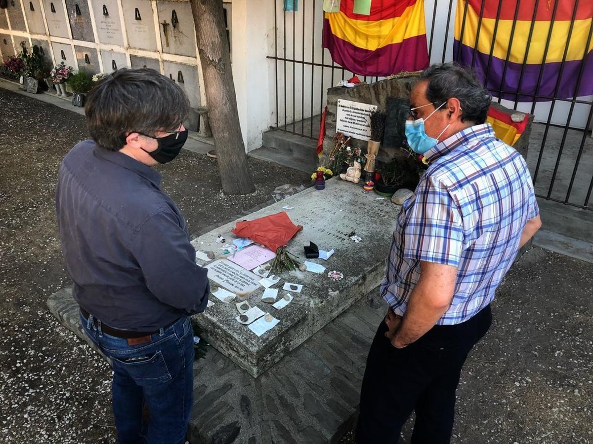Carles Puigdemont y Quim Torra, ante la tumba de Antonio Machado, este sábado.