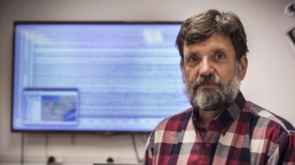 Jordi Díaz, investigador del Instituto Jaume Almera de Barcelona (ICTJA-CSIC), junto a una pantalla donde se reflejan movimientos sísmicos.