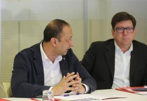 Paco Salazar (d), ex director adjunto del Gabinete de la Presidencia del Gobierno, junto al actual vicepresidente primero del Congreso, Alfonso Rodríguez Gómez de Celis (i), el 7 de octubre de 2019 en la sede federal del PSOE, en Ferraz.