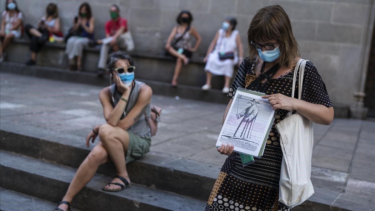 La guía Marga Arnedo muestra un dibujo sobre el médico de la peste.