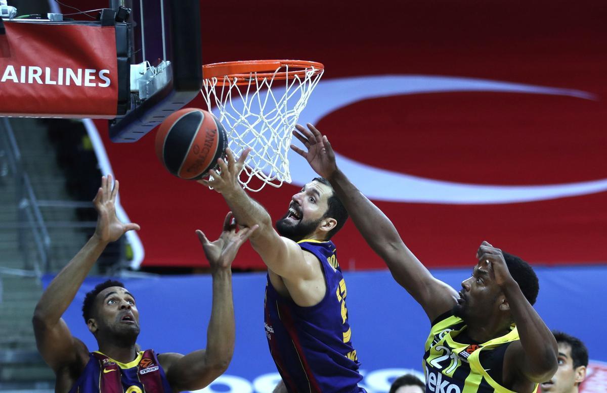 Mirotic y Davies pelean por un rebote en la pista del Fenerbahçe