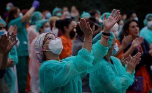 Unas enfermeras aplaunden el pasado mes de abril durante la pandemia