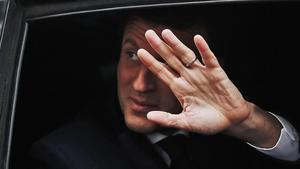 El presidente francés, Emmanuel Macron, saluda desde su vehículo el pasado domingo.