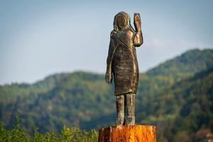 El bronce dedicado a Melania Trump, del artista Brad Downey, inaugurado en Sevnica (Eslovenia).