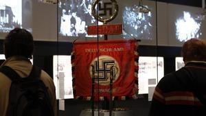 Una bandera con la esvástica nazi en la exposición sobre Hitler, en Berlín.