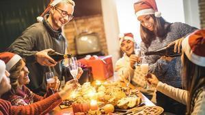 Una familia celebrando la Navidad.