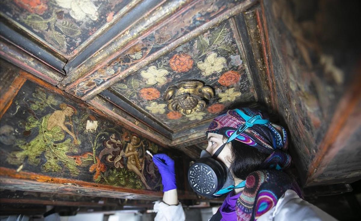 Restauración de la pinturas góticas originales encontradas en los techos del Ayuntamiento de Barcelona.