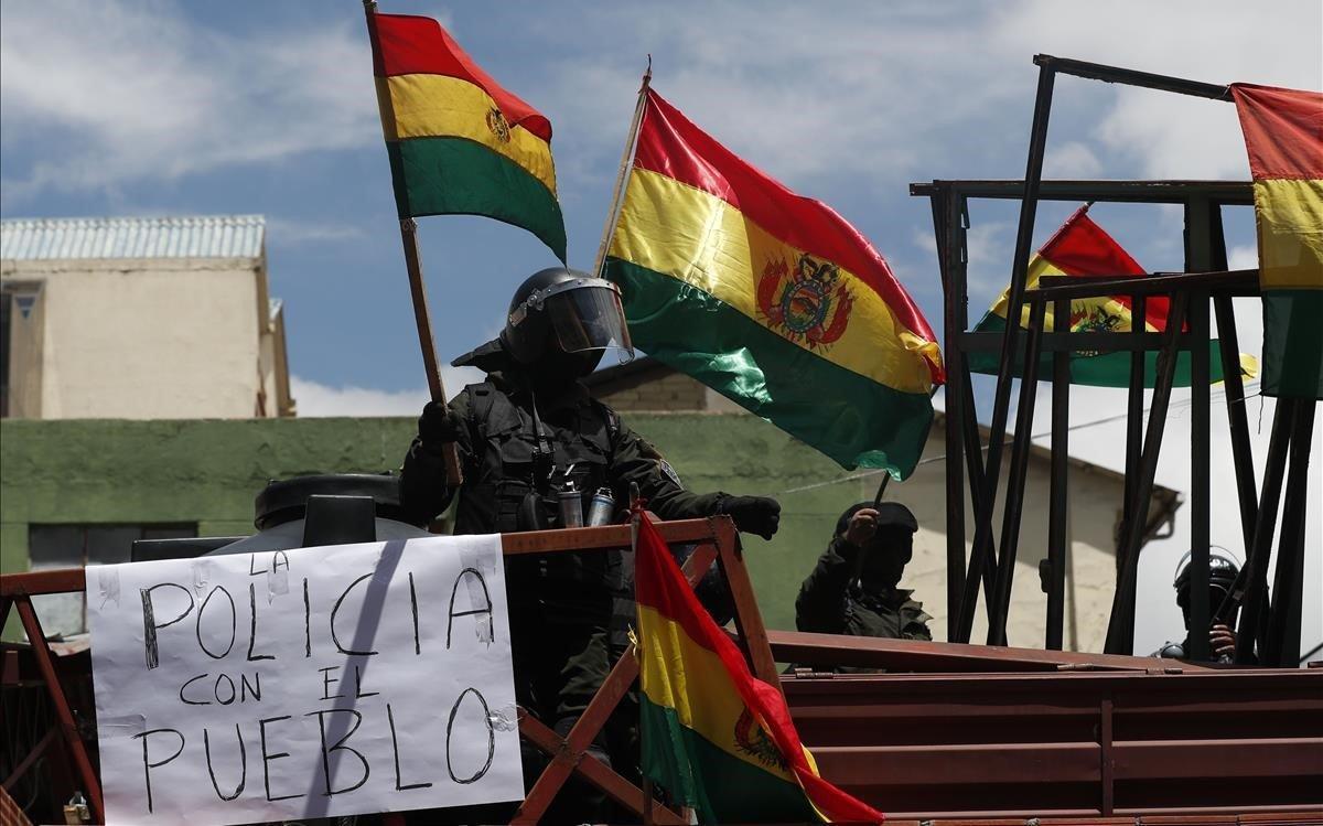 Policías amotinados contra Evo Morales, cerca del palacio presidencial en La Paz.