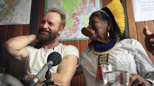 Sting y el jefe amazónico Raoni Txukarremae, en Sao Paolo, en el 2009.