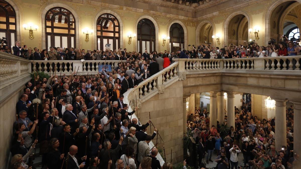 Alcaldes independentistas ocupan las escaleras del Parlament, tras el pleno del pasado 27 de octubre en el que se realizó la declaración unilateral de independencia.