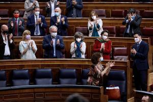 La ministra de Hacienda, María Jesús Montero, recibe los aplausos de la bancada socialista en el Congreso tras rechazarse las siete enmiendas de totalidad a los Presupuestos Generales del Estado de 2021.