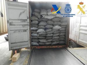 Doce detenidos por tráfico ilegal de cocaína en puertos españoles. En la foto, contenedor intervenido en el puerto de Algeciras con 2.065 kilos de coca.