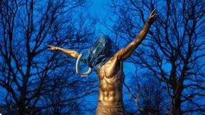 La estatua dedicada a Ibrahimovic en Malmö tras la barbarie.