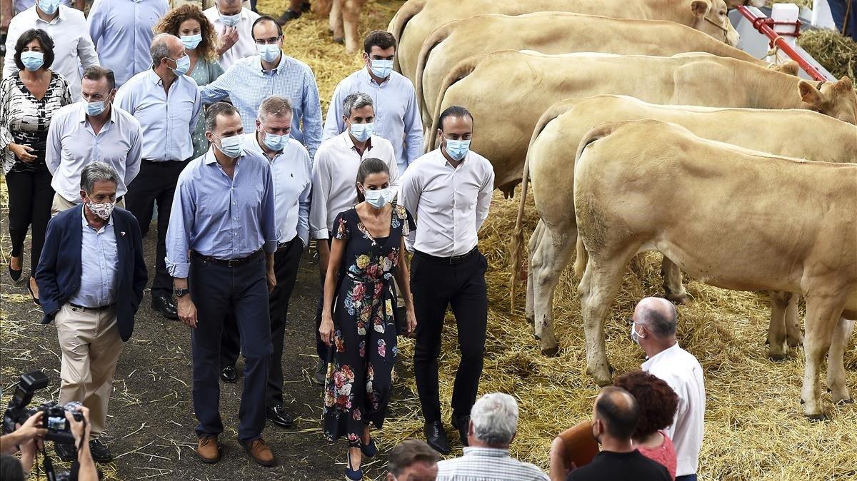 Felipe y Letizia, en su visita al Mercado de Ganado de Torrelavega (Cantabria).