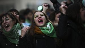 Miles de personas festejan, el pasado junio, la aprobaciónde la despenalizacion del aborto en Argentina.