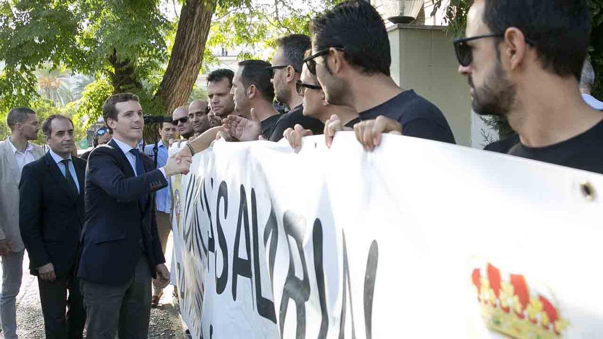 Casado saluda en Jerez a un grupo de agentes de la GC que piden la equiparación salarial con los Mossos