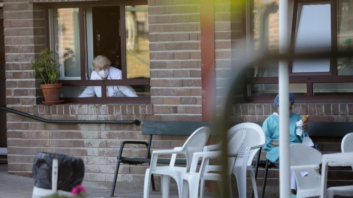 El Govern torna a permetre visites amb contacte físic a les residències