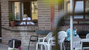 El Govern vuelve a permitir visitas con contacto físico en las residencias
