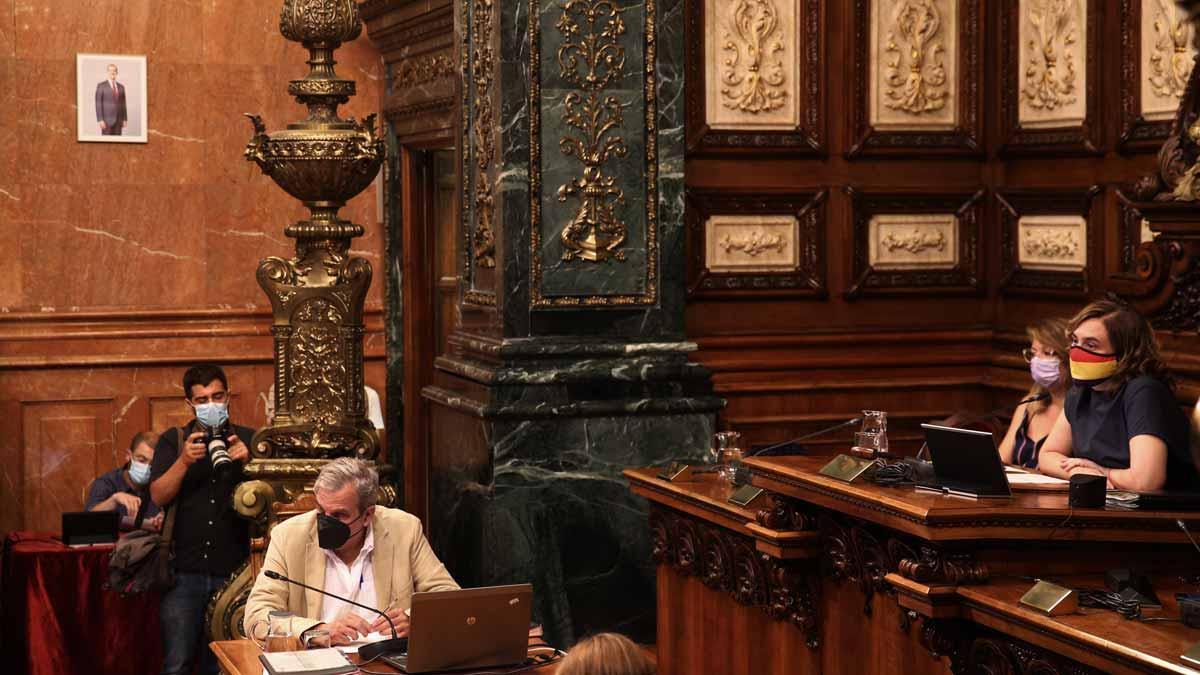 Inicio del pleno del Ajuntament de Barcelona con una foto del rey Felipe VI en la sala.
