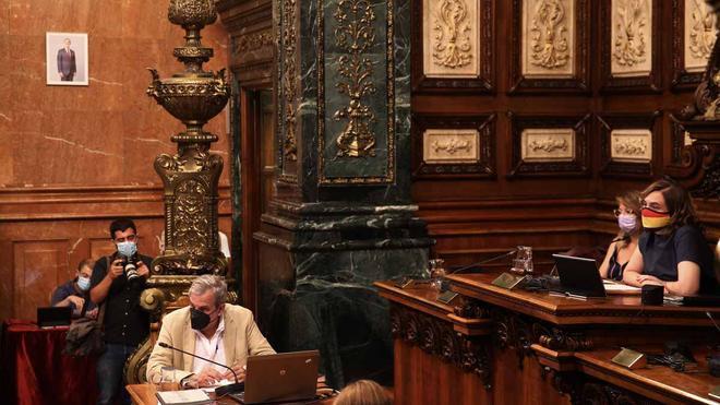 Inicio del pleno del Ajuntament de Barcelona con una foto del rey Felipe VI en la sala