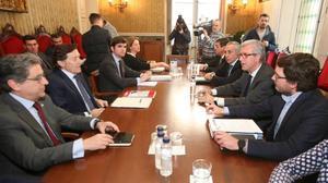 El alcalde de Tarragona, Josep Felix Ballesteros, junto al presidente del COE, Alejandro Blanco, entre otros, en la reunión donde se manifestó el apoyo a los Juegos del Mediterráneo del 2018.