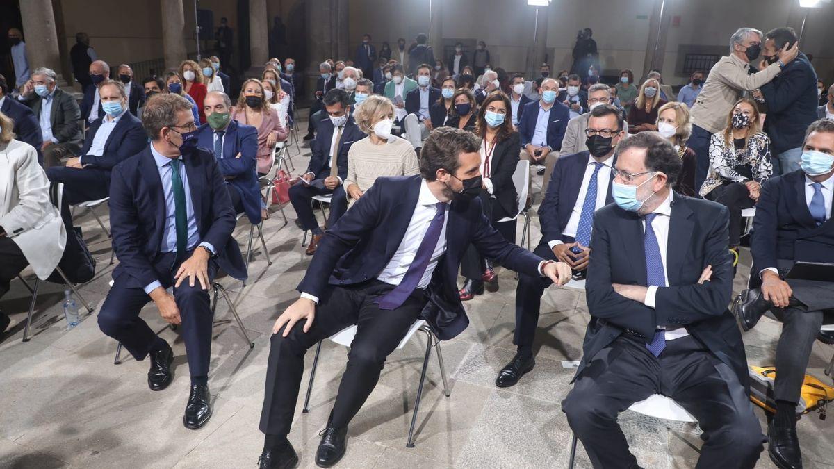 Casado charla con Rajoy, con Feijóo al otro lado.
