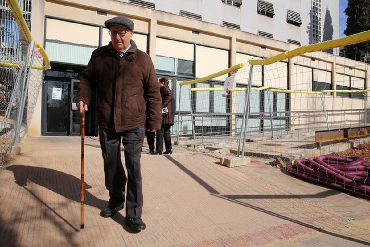 Un ancianoa la salida delEspai Social de Salut Comunitària en Nou Barris.
