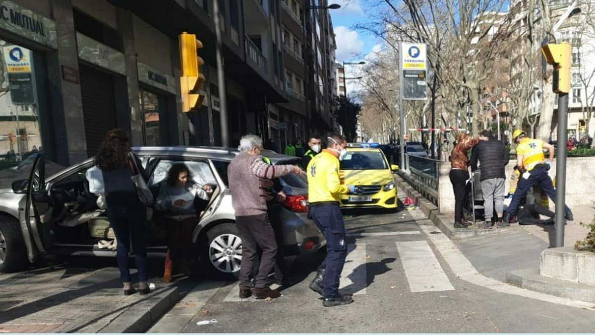 Así ha quedado el coche con el que una anciana ha atropellado involuntariamente a ocho peatones en la plaza del Nen de les Oques de Reus.