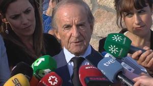 José María García atiende a los medios de comunicación.